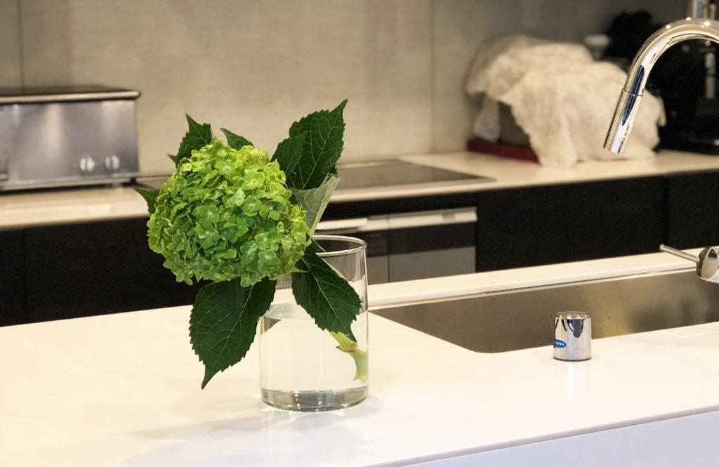 【パーティプランナーが自宅に飾る花風景 vol.1】清涼感のあるガラスの花器
