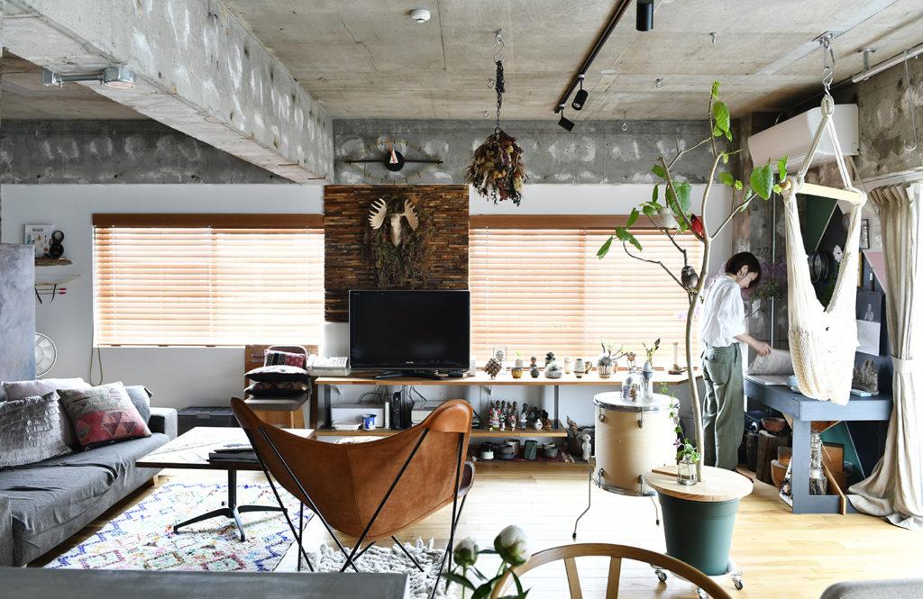 【部屋の間仕切りのないスタジオタイプの家】壁の表情で空間を分ける、独創的なリノベーション