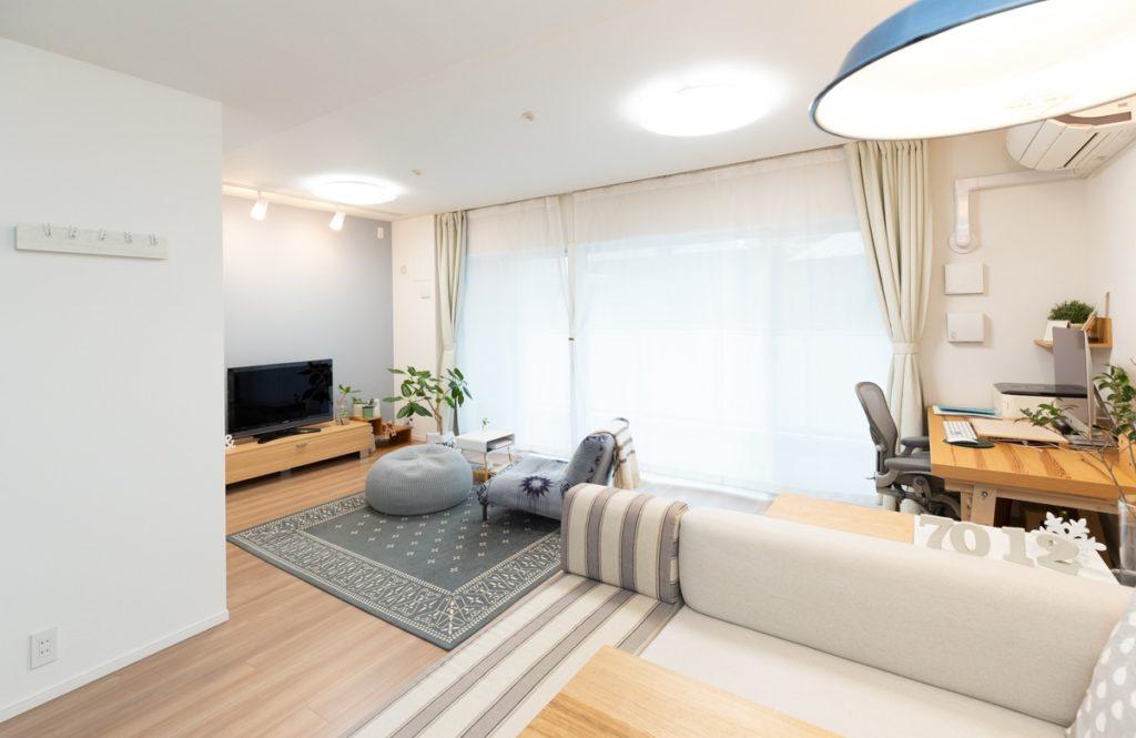 よくある間取りのマンションが【リノベ費用472万円】で光の巡る明るい空間に!