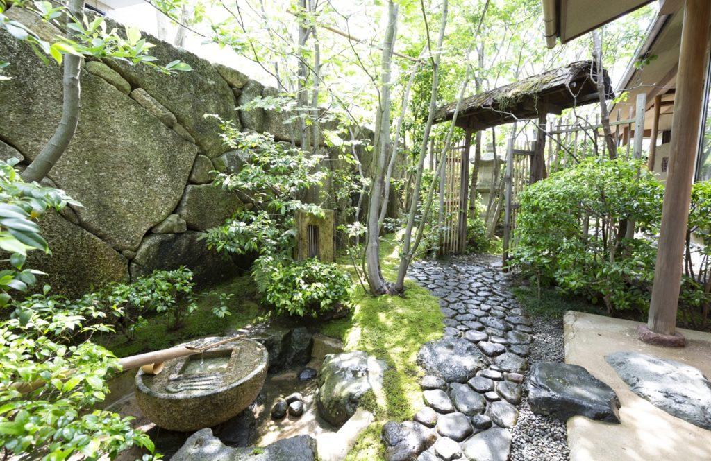 海外の庭園好きも見学に訪れる【住宅地とは思えない、美しい茶庭のある家】