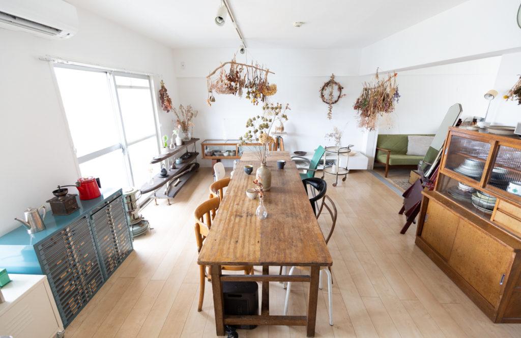 【43㎡・団地・賃貸・2DK】8畳のダイニングを広く見せる「腰下の高さに揃えた家具」の工夫