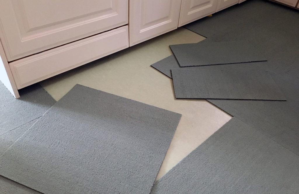 「ニトリのタイルカーペット」で築20年の劣化したキッチン床を超簡単DIY!