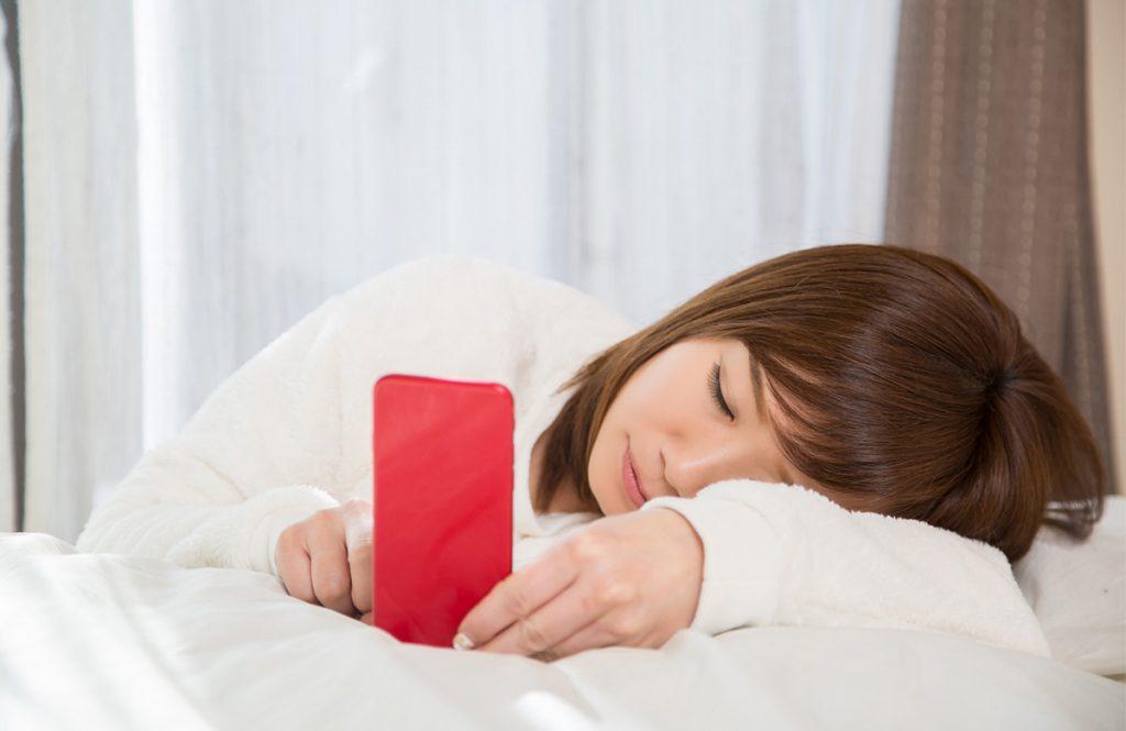 「ベッドでスマホ→すぐ寝落ち」は、「寝つきがいい」とは真逆な状態⁉
